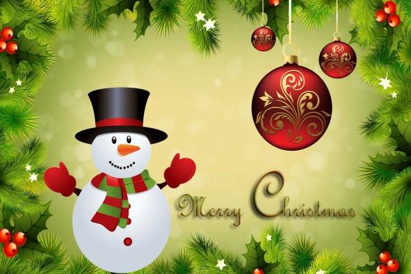 """Muñeco de nieve entre adornos navideños te desea """"Feliz Navidad"""""""