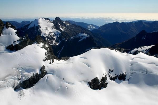 Gruesa capa de nieve sobre unas montañas
