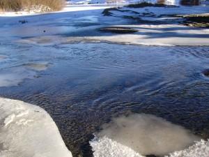 Capas de hielo en la superficie de un río