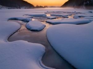 Postal: Gruesa capa de hielo y nieve cubriendo el lago