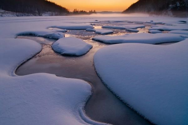 Gruesa capa de hielo y nieve cubriendo el lago