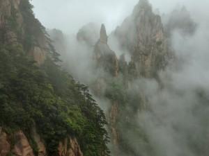 Postal: Niebla envolviendo las rocas