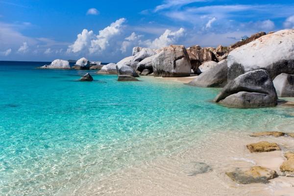 Grandes rocas en una playa de agua azul