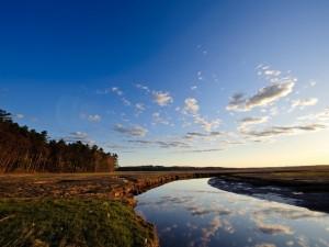 Postal: Nubes reflejadas en el río