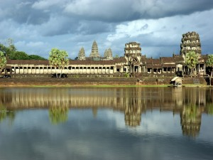 El templo Angkor Wat reflejado en un lago