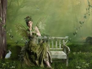 Hada verde sentada en un banco de madera