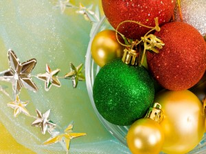 Postal: Esferas de colores y estrellas navideñas