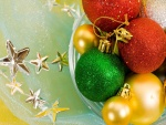 Esferas de colores y estrellas navideñas