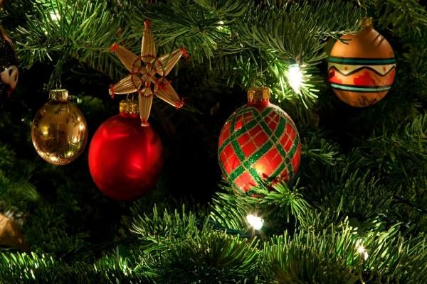 Árbol de Navidad con esferas de colores