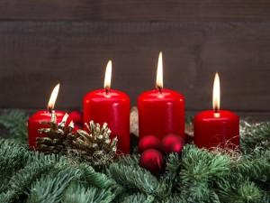 Postal: Corona de Adviento con velas rojas encendidas para Navidad