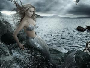 Postal: Sirena sentada en las rocas junto al mar