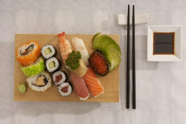 Una tabla con rica comida japonesa