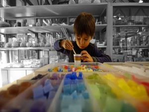 Niño comprando unos caramelos
