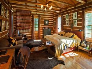 Cuidada decoración interior en una cabaña de madera