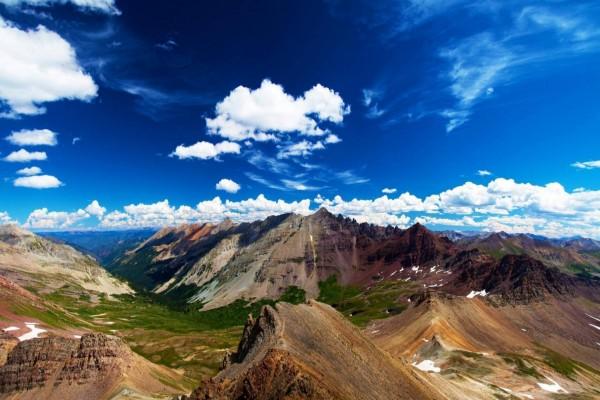 Un precioso cielo azul sobre las montañas