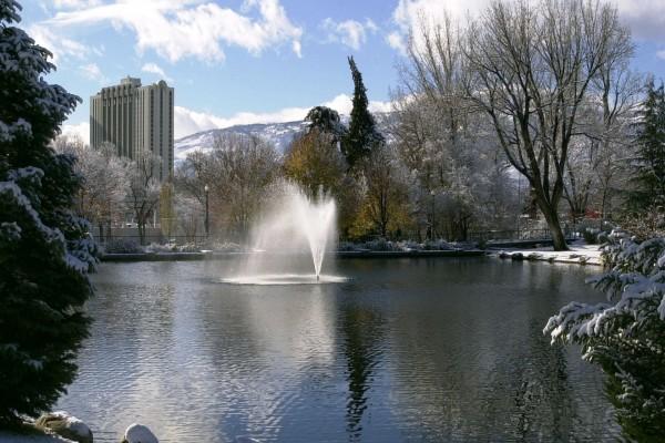 Fuente en el lago de un parque