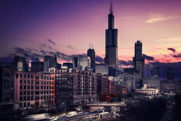 Movimiento en una ciudad al atardecer