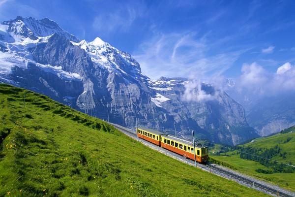 Un tren viajando por las montañas