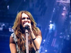 Postal: La cantante Miley Cyrus cantando en un concierto