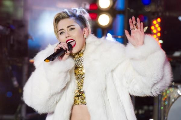 La moderna cantante Miley Cyrus en un concierto