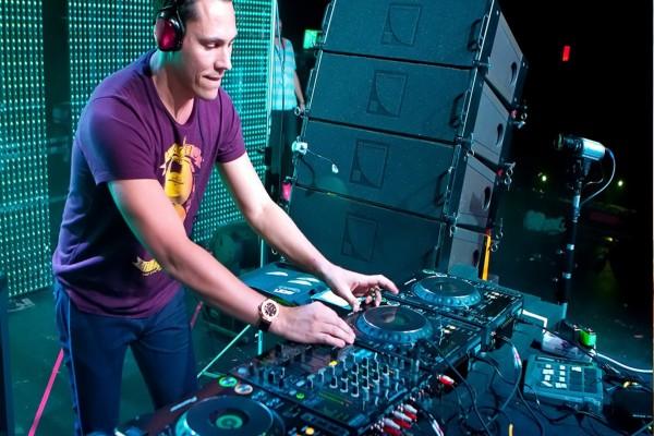 DJ Tiësto pinchando