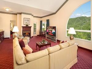 Un hermoso salón con bellas vistas