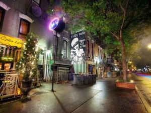 Calle en la noche de una ciudad