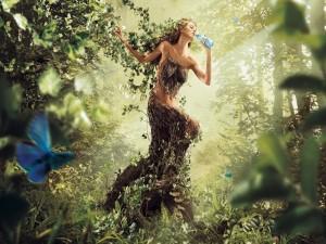 Mujer atrapada en el bosque