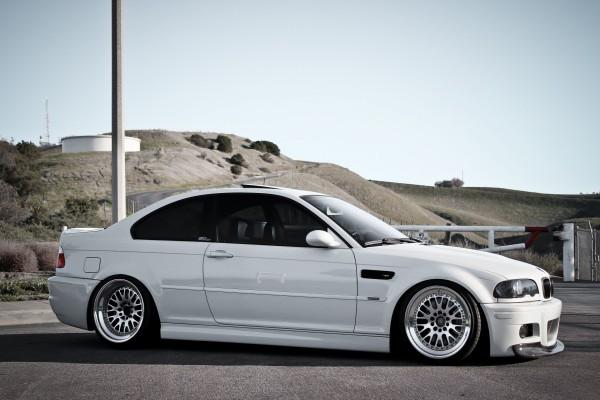 Un coche BMW blanco