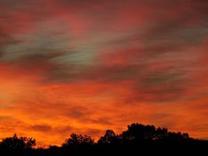 Postal: Un cielo anaranjado cubierto de nubes