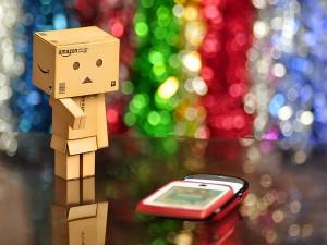 Postal: Danbo mirando un teléfono móvil