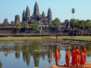 Monjes budistas en el templo Angkor Wat