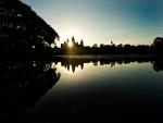 El sol brillando tras el templo Angkor Wat