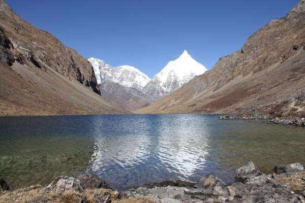 Un lago en las montañas