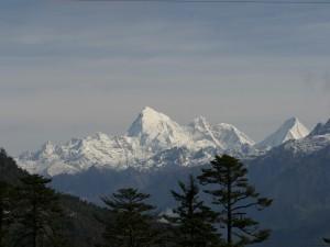 Hermosas montañas cubiertas de nieve