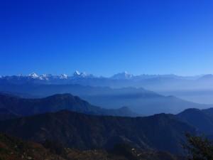 Grandes montañas bajo un cielo azul