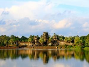 Un hermoso templo junto a un lago