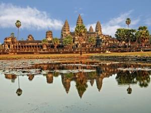 El gran templo Angkor Wat reflejado en el lago