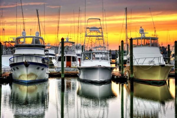 Barcos anclados al atardecer