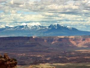 Grandes montañas tras el cañón