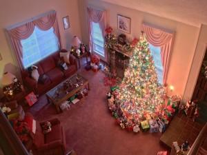 Colorido árbol de Navidad en un gran salón decorado