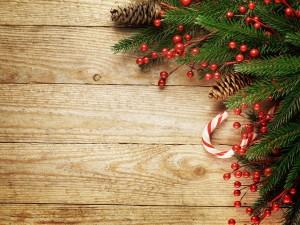 Postal: Pared de madera con adornos navideños