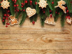 Postal: Una madera adornada con masitas navideñas