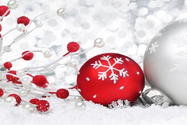 Bola roja y bola plateada para adornar el día de Navidad