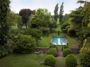 Piscina en un solitario y verde jardín