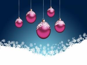 Postal: Copos de nieve sobre unas bolas fucsias de Navidad