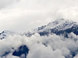 Postal: Nubes entre montañas