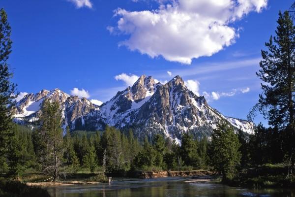 Vista de las montañas desde un río