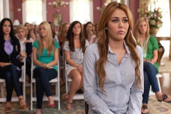 Miley Cyrus en la escena de una película