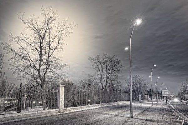 Farolas junto a una carretera